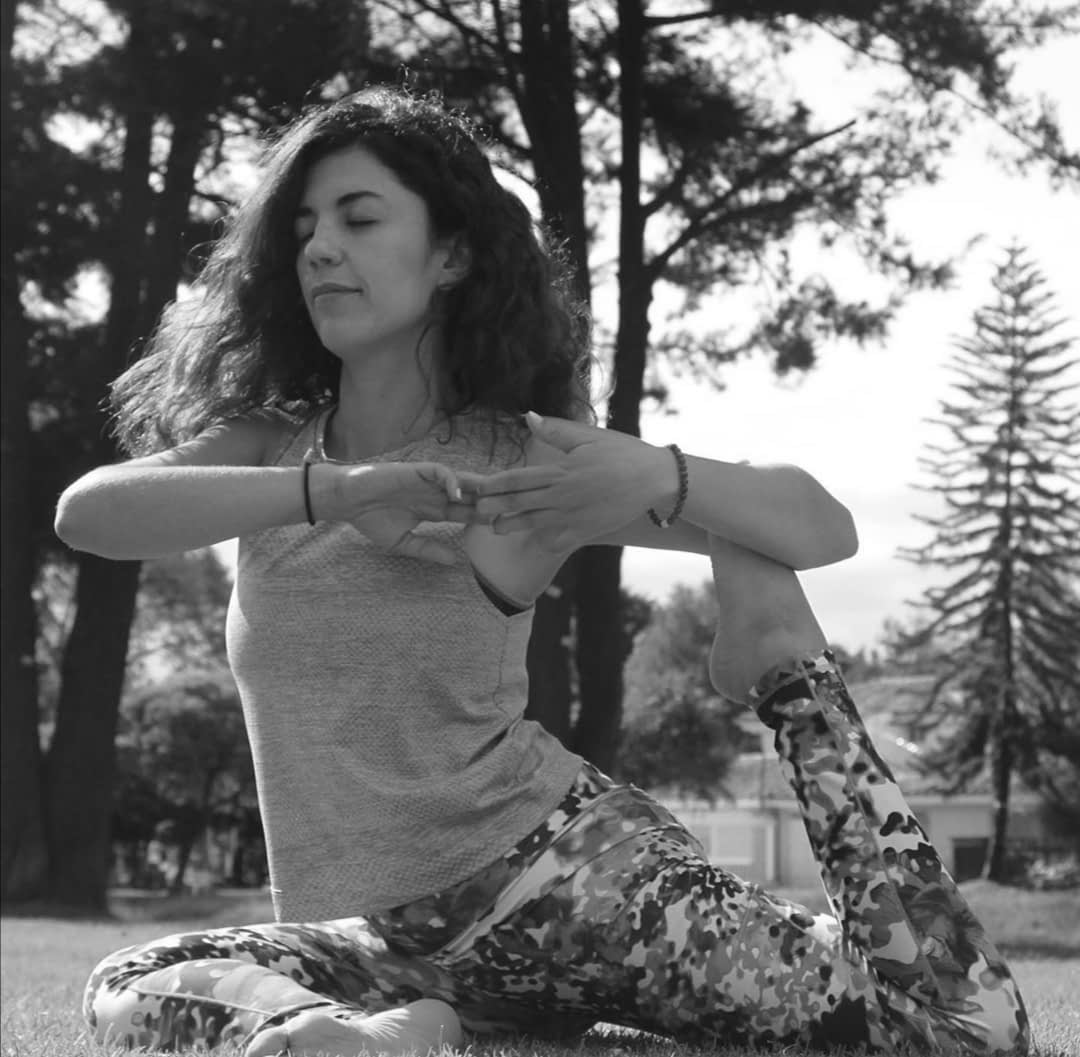 Pau en una bella pose yogui en un parque natural