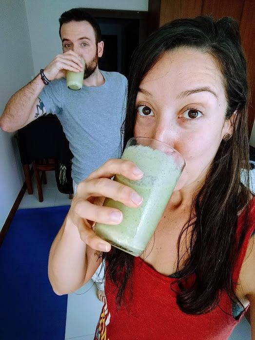 Simo y yo tomando nuestro batido verde